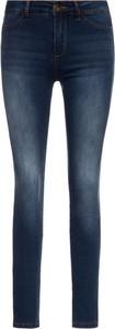 Granatowe jeansy Desigual w street stylu