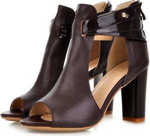 Czarne sandały Sandbella na słupku ze skóry