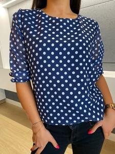 Niebieska bluzka ModnaKiecka.pl z okrągłym dekoltem z szyfonu