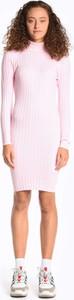 Różowa sukienka Gate z długim rękawem mini z golfem