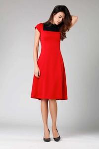 Czerwona sukienka Nommo z krótkim rękawem midi