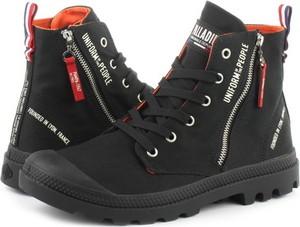 Czarne buty zimowe Palladium sznurowane w militarnym stylu