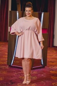 Różowa sukienka KARKO z okrągłym dekoltem dla puszystych