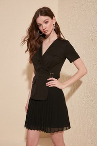 Sukienka Trendyol z dekoltem w kształcie litery v w stylu casual