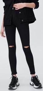 Czarne jeansy Sinsay w street stylu