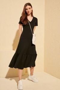 Czarna sukienka Trendyol z dekoltem w kształcie litery v