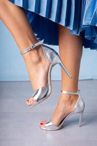 Srebrne sandały Casu na średnim obcasie w stylu klasycznym