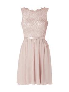Różowa sukienka Laona z szyfonu w stylu glamour bez rękawów