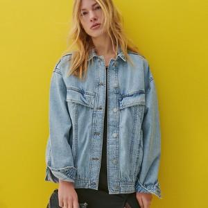 Niebieska kurtka Reserved w młodzieżowym stylu krótka z jeansu
