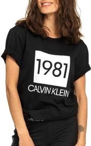 T-shirt Calvin Klein z okrągłym dekoltem w młodzieżowym stylu