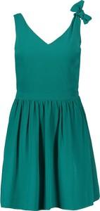 Zielona sukienka Naf naf na ramiączkach z dekoltem w kształcie litery v rozkloszowana
