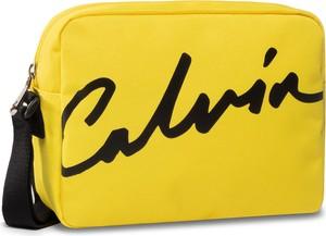 Torebka Calvin Klein mała przez ramię w młodzieżowym stylu