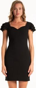 Czarna sukienka Gate z krótkim rękawem mini dopasowana