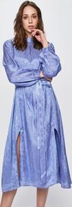 Niebieska sukienka Glamorous midi