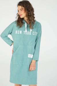 Zielona sukienka Unisono z dekoltem w kształcie litery v mini w stylu casual