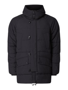 Czarna kurtka Barbour w młodzieżowym stylu