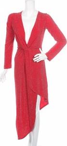 Czerwona sukienka Young Blood z długim rękawem asymetryczna z dekoltem w kształcie litery v