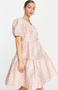 Różowa sukienka Y.A.S z krótkim rękawem z dekoltem w kształcie litery v z żakardu