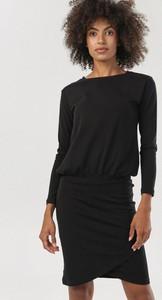 Czarna sukienka born2be z długim rękawem z okrągłym dekoltem w stylu casual