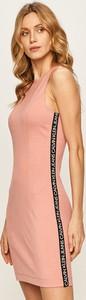 Różowa sukienka Calvin Klein z dzianiny z okrągłym dekoltem mini