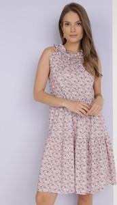 Różowa sukienka born2be z okrągłym dekoltem bez rękawów