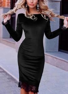 Czarna sukienka Cikelly dopasowana z dekoltem w łódkę z satyny