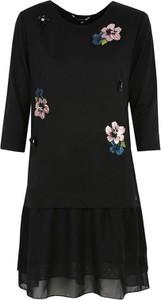 Czarna sukienka Top Secret z okrągłym dekoltem