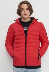 Czerwona kurtka House w młodzieżowym stylu