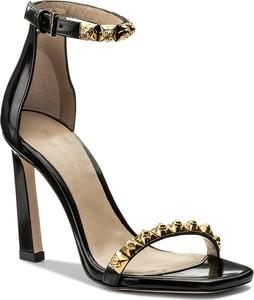 Sandały stuart weitzman w stylu glamour na szpilce z klamrami