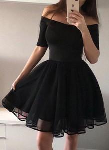 Czarna sukienka Cikelly mini z dekoltem w łódkę