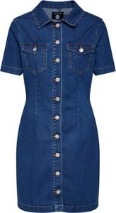 Niebieska sukienka BooHoo koszulowa z jeansu z krótkim rękawem