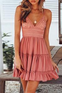 Różowa sukienka IVET trapezowa z dekoltem w kształcie litery v