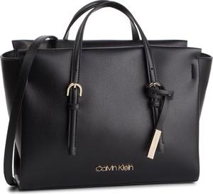 2026d60710761 Torebka Calvin Klein w stylu casual z breloczkiem duża