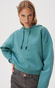 Turkusowa bluza Sinsay w młodzieżowym stylu