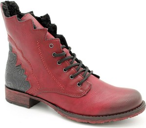 Czerwone botki Rieker z płaską podeszwą sznurowane w stylu casual