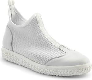 Buty sportowe Neścior z płaską podeszwą w sportowym stylu ze skóry