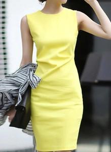 Żółta sukienka Arilook z okrągłym dekoltem midi