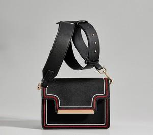 Czarna torebka Mohito na ramię średnia