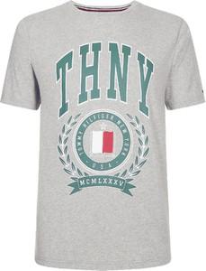 T-shirt Tommy Hilfiger (wszystkie Linie) w młodzieżowym stylu