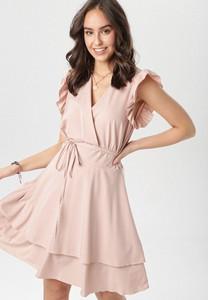 Różowa sukienka born2be z dekoltem w kształcie litery v