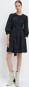 Czarna sukienka Mohito z długim rękawem z okrągłym dekoltem mini
