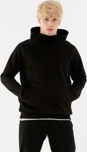 Czarna bluza Outhorn w młodzieżowym stylu