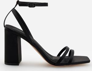 Czarne sandały Reserved na wysokim obcasie z klamrami