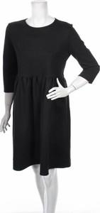 Czarna sukienka Usha w stylu casual mini z okrągłym dekoltem