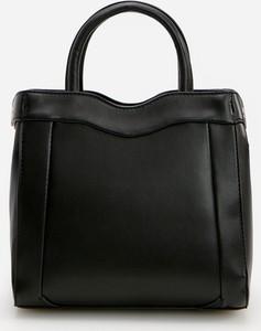 Czarna torebka Reserved lakierowana na ramię ze skóry