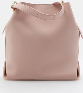 Różowa torebka Mohito średnia w stylu casual na ramię