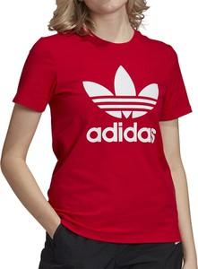 Czerwony t-shirt Adidas z okrągłym dekoltem z bawełny w sportowym stylu