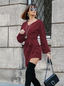 Czerwona sukienka magmac.pl z dekoltem w kształcie litery v z długim rękawem w stylu casual