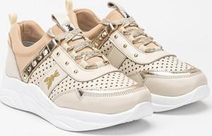 Złote buty sportowe Patrizia Pepe w sportowym stylu