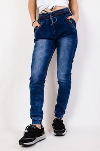 Granatowe jeansy Olika z jeansu w street stylu